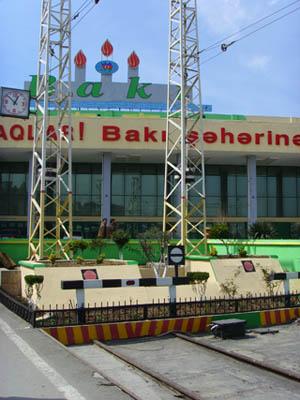 Hit - till Baku vid Kaspiska havet - är det meningen att tågen ska kunna rulla från Istanbul i Turkiet.