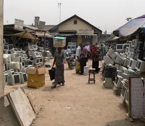 Marknad med begagnade datorer i Lagos, Nigeria.