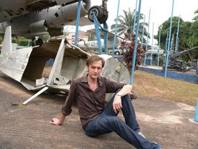 Jag själv framför ett av de svenska flygplan som användes i Biafras gerillaflygvapen.