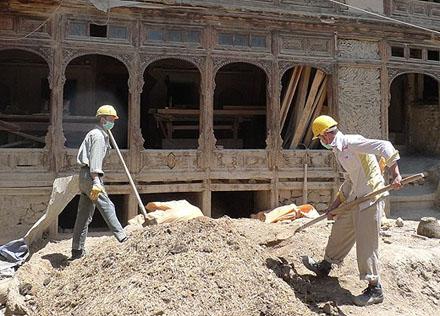 Två byggjobbare vid restaureringen av ett tvåhundra år gammalt karavanseri i Kabul.