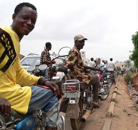 Nigeria har massor med olja men ändå står befolkningen i ändlösa köer för att få fylla på sina mopeder.