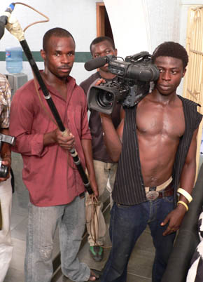 Det är varmt och svettigt på ett filmset i Nollywood.