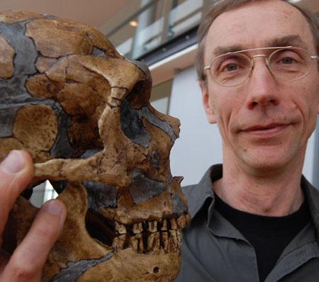 Svante Pääbo och forskningsobjektet, en neandertalare.