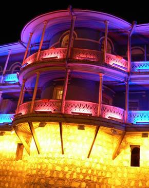 Tbilisis gamla träbalkonger gör sig väl med mysbelysning.